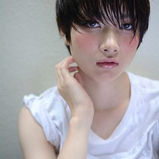 ショート 暗髪 ナチュラル ストレート ヘアスタイルや髪型の写真・画像