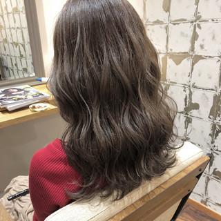 ハイライト グレージュ デート オフィス ヘアスタイルや髪型の写真・画像