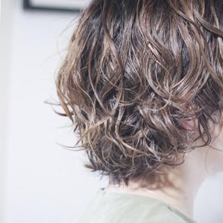 パーマ 無造作パーマ 大人ハイライト ナチュラル ヘアスタイルや髪型の写真・画像