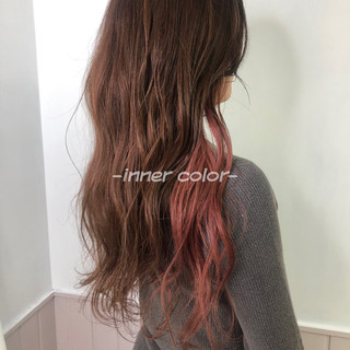 ウルフカット インナーカラー ピンクブラウン ミディアム ヘアスタイルや髪型の写真・画像
