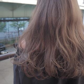 イルミナカラー ロング 波ウェーブ ナチュラル ヘアスタイルや髪型の写真・画像