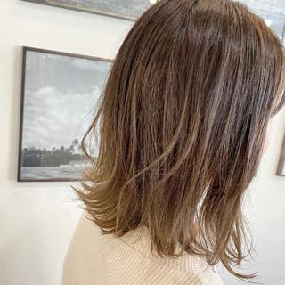 バレイヤージュ ナチュラル ミルクティーベージュ 切りっぱなしボブ ヘアスタイルや髪型の写真・画像