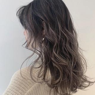 ミルクティーグレージュ ナチュラル セミロング バレイヤージュ ヘアスタイルや髪型の写真・画像