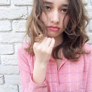 リラックス インナーカラー パーマ ミルクティー ヘアスタイルや髪型の写真・画像