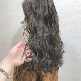 グレージュ ストリート ロング ハイトーンカラー ヘアスタイルや髪型の写真・画像