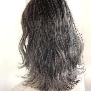 アッシュグレー ウェーブ ナチュラル ハイトーン ヘアスタイルや髪型の写真・画像