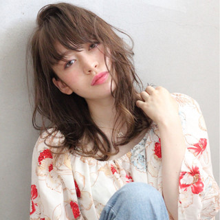 セミロング シースルーバング ウェットヘア 外国人風 ヘアスタイルや髪型の写真・画像 ヘアスタイルや髪型の写真・画像