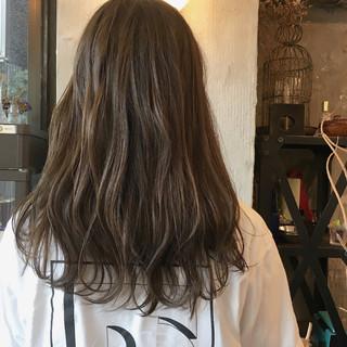 セミロング ウェーブ 透明感 アウトドア ヘアスタイルや髪型の写真・画像