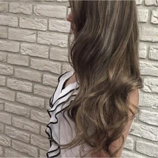 艶髪 グレージュ ロング アッシュ ヘアスタイルや髪型の写真・画像