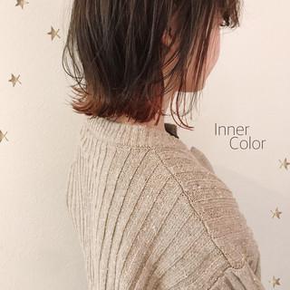 ゆる巻き ストリート インナーカラー ゆるナチュラル ヘアスタイルや髪型の写真・画像