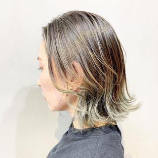 ミルクティーベージュ ストリート グレーアッシュ インナーカラー ヘアスタイルや髪型の写真・画像