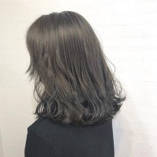 オリーブグレージュ 圧倒的透明感 ミディアム グレーアッシュ ヘアスタイルや髪型の写真・画像