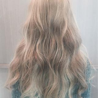 ロング インナーカラー フェミニン ゆるふわ ヘアスタイルや髪型の写真・画像