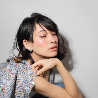 外国人風 外ハネ 黒髪 アッシュ ヘアスタイルや髪型の写真・画像