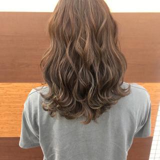 ナチュラル 波ウェーブ 透明感 外国人風カラー ヘアスタイルや髪型の写真・画像