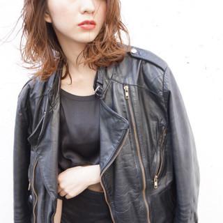 ミディアム モード かき上げ前髪 ハイライト ヘアスタイルや髪型の写真・画像