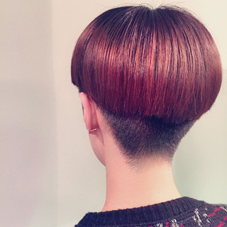 刈り上げ女子 マッシュヘア デザインカラー ショート ヘアスタイルや髪型の写真・画像