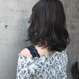 ミディアム グレージュ バレイヤージュ 外国人風 ヘアスタイルや髪型の写真・画像