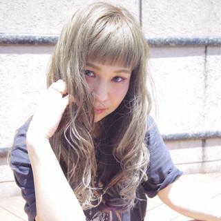 オン眉 アッシュベージュ アッシュ アンニュイ ヘアスタイルや髪型の写真・画像