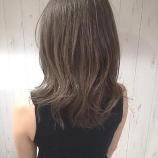 伸ばしかけ 大人女子 グレージュ ミディアム ヘアスタイルや髪型の写真・画像 ヘアスタイルや髪型の写真・画像