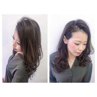 アッシュグレージュ ロング かき上げ前髪 ナチュラル ヘアスタイルや髪型の写真・画像
