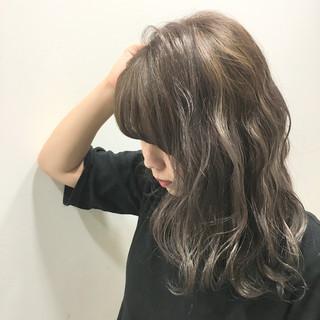 ウェットヘア グラデーションカラー ミディアム 波ウェーブ ヘアスタイルや髪型の写真・画像