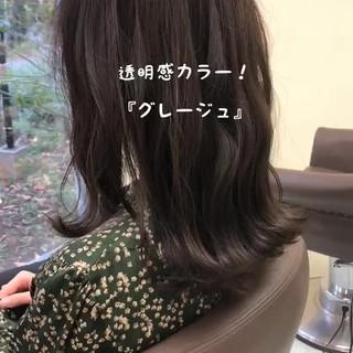 フェミニン アッシュグレージュ 外ハネ セミロング ヘアスタイルや髪型の写真・画像