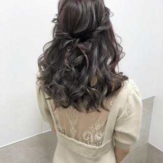 ヘアアレンジ セミロング ハーフアップ ラベンダーグレージュ ヘアスタイルや髪型の写真・画像
