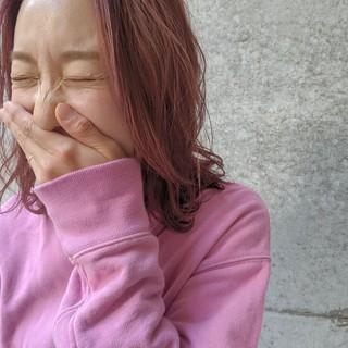 ピンクベージュ ピンク 切りっぱなしボブ うざバング ヘアスタイルや髪型の写真・画像