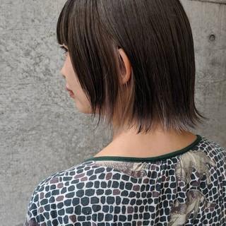 ホワイトベージュ インナーカラー 切りっぱなしボブ ナチュラル ヘアスタイルや髪型の写真・画像