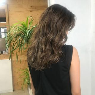 ベージュ アッシュベージュ ハイライト セミロング ヘアスタイルや髪型の写真・画像