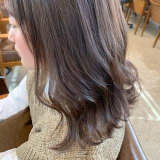 ラベンダーグレージュ ウェーブ グレージュ ミディアム ヘアスタイルや髪型の写真・画像