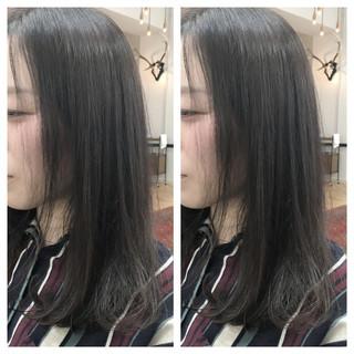 セミロング ナチュラル 暗髪 アッシュ ヘアスタイルや髪型の写真・画像