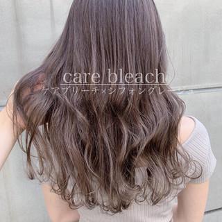 デート ブリーチカラー ロング ミルクティーグレージュ ヘアスタイルや髪型の写真・画像