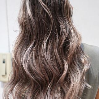 グレージュ ロング 外国人風カラー ガーリー ヘアスタイルや髪型の写真・画像