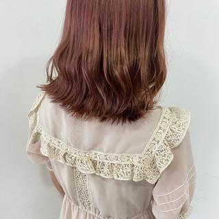 ラズベリーピンク 切りっぱなしボブ ピンク ベリーピンク ヘアスタイルや髪型の写真・画像