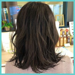 オリーブカラー ミディアム オリーブグレージュ ストリート ヘアスタイルや髪型の写真・画像