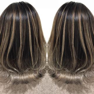 バレイヤージュ ミディアム シルバーアッシュ ハイライト ヘアスタイルや髪型の写真・画像