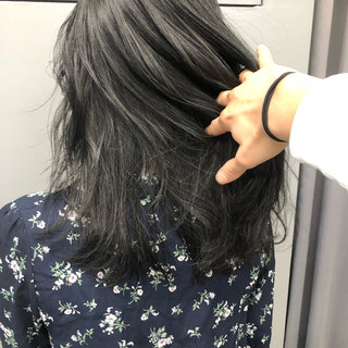 グレージュ 暗髪 フェミニン ミディアム ヘアスタイルや髪型の写真・画像