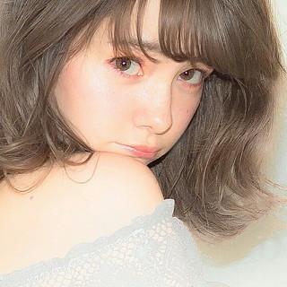 前髪あり ハイライト フェミニン ミディアム ヘアスタイルや髪型の写真・画像 ヘアスタイルや髪型の写真・画像