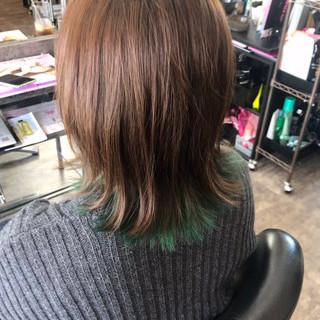 インナーカラー インナーグリーン ミディアム ブリーチ ヘアスタイルや髪型の写真・画像
