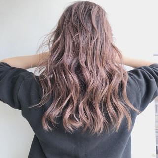 ブリーチカラー ハイライト バレイヤージュ 波ウェーブ ヘアスタイルや髪型の写真・画像