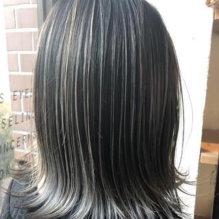 ミディアム シルバーアッシュ バレイヤージュ ナチュラル ヘアスタイルや髪型の写真・画像