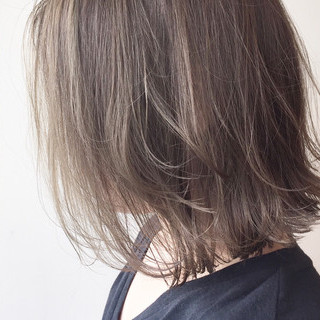 ナチュラル グレージュ ハイライト 切りっぱなし ヘアスタイルや髪型の写真・画像