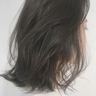 グレージュ アンニュイ 抜け感 リラックス ヘアスタイルや髪型の写真・画像