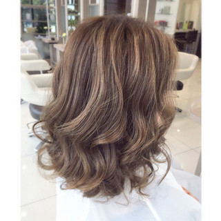 ハイライト アッシュベージュ パーマ ミディアム ヘアスタイルや髪型の写真・画像