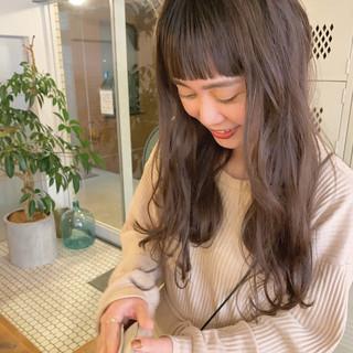 前髪パッツン ナチュラル ロング 暗色カラー ヘアスタイルや髪型の写真・画像