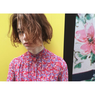 ミルクティーベージュ ボブ アンニュイ 波ウェーブ ヘアスタイルや髪型の写真・画像 ヘアスタイルや髪型の写真・画像