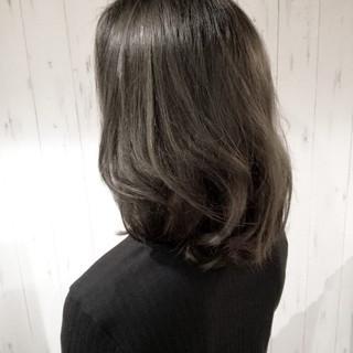 グレージュ ハイライト 透明感 ナチュラル ヘアスタイルや髪型の写真・画像