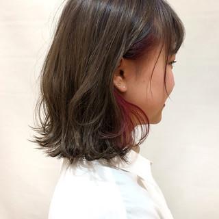 外ハネ ピンク インナーカラー グレージュ ヘアスタイルや髪型の写真・画像